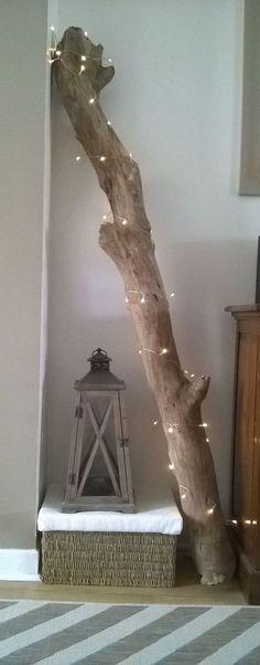 Branche de bois flotté trouvée sur une plage toute proche, guirlande lumineuse et lanterne pour une déco DIY toute simple, nature et cosy pour mon salon (by Fannygloo)