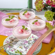 Rabarberkräm med vit choklad i glas Oatmeal Creme Pie, Kitchen Stories, Fabulous Foods, Punch Bowls, Smoothie Recipes, Panna Cotta, Vegetarian, Yummy Food, Healthy Recipes