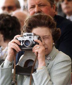 Even the queen has Leica! Queen Elizabeth II, with a Leica camera with Sonnar lens. Vintage Cameras, Vintage Photos, Taking Pictures, Cool Pictures, Eleonore Bridge, Robert Frank, Diane Arbus, Queen Love, Queen Elizabeth Ii
