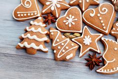 galletas navideñas shared by Jennyger Bello on We Heart It Cute Christmas Cookies, Easy Christmas Cookie Recipes, Xmas Cookies, Christmas Gingerbread, Christmas Candy, Christmas Desserts, Christmas Baking, Ceramic Christmas Decorations, Gingerbread Decorations