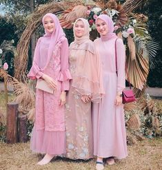 50+ Baju Kebaya Brokat Kombinasi Modern Terbaru - Bajukebaya.co.id Dress Brukat, Hijab Dress Party, Batik Dress, Lace Dress, Pakistani Dress Design, Pakistani Dresses, Muslim Long Dress, Kebaya Modern Dress, Muslimah Wedding Dress