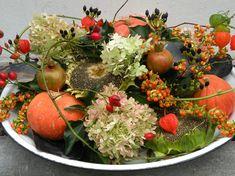 Een herfstarrangement op een schaal en een vrolijke compositie voor op tafel! Beide stukken kun je zelf maken. Print het werkblad uit! Deco Floral, Arte Floral, Flower Decorations, Christmas Decorations, Fall Flower Arrangements, Autumn Crafts, Thanksgiving Table, Fall Flowers, Autumn Inspiration