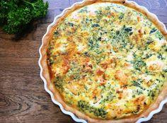 Laksetærte med spinat er en rigtig lækker og nem madtærte. Den er helt perfekt til hurtig aftensmad eller som del af et godt frokostbord.