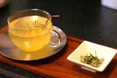 Morgenroutine für einen gesunden Körper: lauwarmes Wasser + Zitronensaft + Cayennepfeffer + Rosmarin
