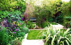 diseño de jardin con muchas plantas y flores
