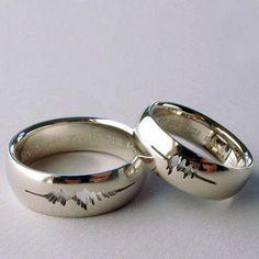 """El joyero Sakura Koshimizu, trabaja con las formas del sonido y los imprime en sus piezas, como estos anillos, hechos de oro blanco, donde se inscribieron las ondas sonoras de los novios diciendo """"acepto""""."""