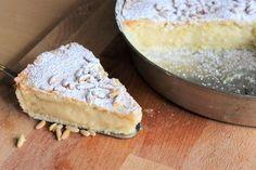 La torta della nonna è un dolce classico a base di frolla croccante e un morbido ripieno di crema pasticcera. Semplice da preparare, la sua superficie è ricoperta di pinoli e una spolverata di zucchero a velo.