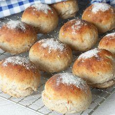 Gör degen på kvällen och servera nygräddade, nyttiga frallor till frukost!