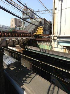 @paulemumoto  本日の下北沢駅、窓からの眺め。井の頭線とクロスするポイントがとても好きでした。 #シモチカ