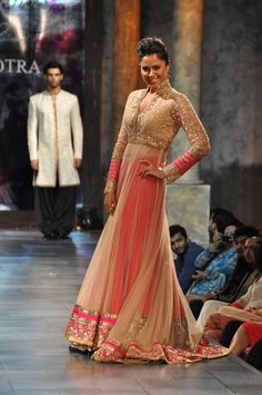 Sameera Reddy in Manish Malhotra for Mijwan-Fashion-Show 2012 cream and blush lehenga Indian Bridal Wear, Indian Wear, Pakistani Outfits, Indian Outfits, Indische Sarees, Party Kleidung, Desi Wear, Desi Clothes, Indian Clothes