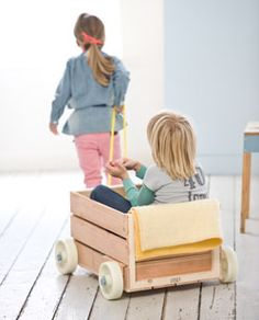 A wooden crate to make a super speelkar. Wheels underneath, rope it and play!  For toys, dolls and even a playmate this speelkar a real asset. Your child runs around the living room or garden by them. The following self-maker can in half hour time itself this speelkar make.