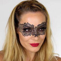 Pon a prueba tu pulso y usa un Delineador en Tinta Efecto Intenso Blackest Black y usa un antifaz para tu look de Halloween!