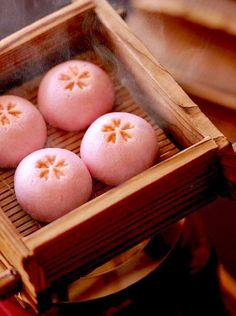 These Japanese sweets inspired the Shiseido Shimmering Cream Eye Color in Konpeito Japanese Sweets, Japanese Wagashi, Japanese Candy, Japanese Food, Japanese Buns, Traditional Japanese, Desserts Japonais, Burger, Aesthetic Food