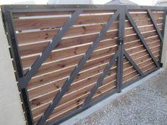 détails des pentures du portail bois Plus Front Gate Design, Main Gate Design, Fence Design, Door Design, Garden Design, Front Gates, Entrance Gates, Diy Patio, Backyard Patio