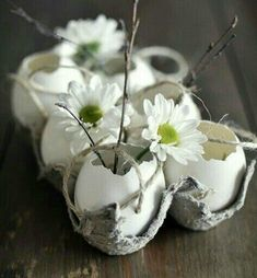 Beautiful Easter Egg Centerpiece with egg shells & daisies. Great for any Easter Brunch. Ostern Party, Diy Ostern, Deco Floral, Arte Floral, Hoppy Easter, Easter Eggs, Party Vintage, Deco Nature, Easter Holidays
