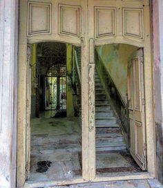 Otro portal en La Habanavieja #havana #habana #habanavieja #cuba #portal #door #inside #oldbuilding #ig_decay #loves_decay #ig_streetphotography #ig_habana #ig_cuba #loves_cuba #loves_habana