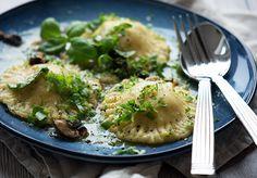 Her får du en opskrift på hjemmelavet nem og lækker ravioli med svampe fyld, hasselnødder og rosmarin-smørsauce - få opskriften her