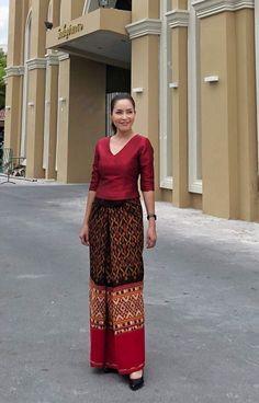 ชุดผ้าไหม Myanmar Traditional Dress, Thai Traditional Dress, Traditional Dresses Designs, Traditional Outfits, Batik Dress, Silk Dress, Modern Filipiniana Dress, Thailand Fashion, Myanmar Dress Design
