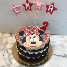 Tarta choco-latte Minnie Mouse y estrellitas. Latte, Minnie Mouse, Birthday Cake, Desserts, Food, Homemade Recipe, Homemade, Pies, Recipes