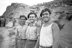Spain - 1938. - GC - batalla del Ebro - Tres soldados sonrientes en el frente del Ebro