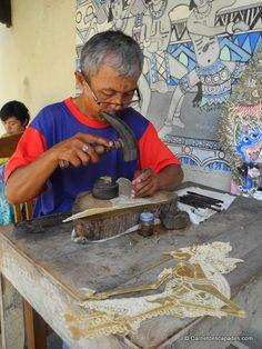regarder le travail de fabrication des marionnettes traditionnelles de wayang kulit, en cuir ciselé,  Yogyakarta, Java - Carnet d'escapades