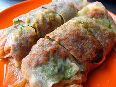 This is called Popiah, it is filled with jacama (yambean), diced beancurb, crab meat and wrapped in fresh spring roll skin. #Penang