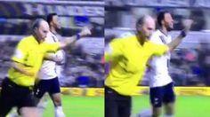 En una publicación de Youtube, el árbitro de la Premier League, Mike Dean, está en el ojo de la tormenta por festejar un gol en la victoria del Tottenham contra el Aston Villa. Este duelo se disputó en White Hart Lane y cerró la jornada 11 del torneo inglés. Noviembre 03, 2015.