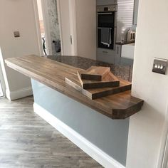 Stunning oak worktop and matching chopping boards. Finished in Osmo TopOil 3039 Graphite, Satin. Project by @winterdenecc (IG)