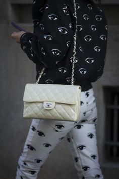 Through the eyes of fashion… Nuestra inspiración para hoy que, literalmente, roba miradas. Desde el #StreetStyle. http://www.vogue.mx/galerias/street-style-paris-fashion-week-otono-invierno-2014/3063/image/1185084