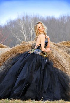 Love this dress....I have a need to do a black poofy dress! :) photography idea