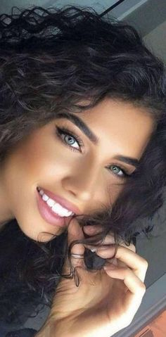 Photo of a girl with an angel face Most Beautiful Faces, Stunning Eyes, Beautiful Girl Image, Beautiful Smile, Gorgeous Women, Cute Brunette, Brunette Beauty, Beauty Full Girl, Beauty Women