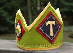 This is my favorite felt crown tutorial I've found.  I need to make one for each of my boys!
