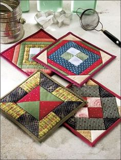 Quilting - Kitchen Patterns - Pot Holder Patterns Center units are framed with triangles or strips in this colorful set of four pieced pot holders. This e-pattern was originally published in 101 Fun-to-Quilt Pot Holders. Size: x Skill Level: Easy Patchwork Quilting, Quilting Tips, Quilting Projects, Quilting Designs, Sewing Projects, Small Quilt Projects, Quilting Fabric, Mini Quilts, Small Quilts