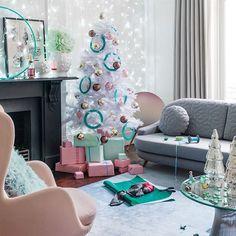 Modern Christmas decorating - 34 Alternative Christmas Colors and Decorating Ideas Diy Christmas Decorations, Christmas Fairy Lights, Cozy Christmas, Modern Christmas, Christmas Colors, Holiday Decor, Christmas Ideas, Pastel Decor, Pastel Living Room