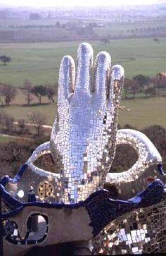 Tarot Garden. 'The Hand of the Magician'. Niki de Saint Phalle.