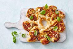 Serveer de broodkrans in z'n geheel, dan kan iedereen zien hoe mooi hij eruitziet - Recept - Allerhande