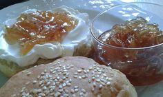 Απιθανη γευση η μαρμελαδα! Η συνταγη ευκολη!ταιριαζει πολυ με ολα τα κρεατα, λουκανικα και τυρια    Υλικα  1/2 κιλο κρεμμυδια  1 και 1/2 φλυτσαγιου ζαχαρη  1/2 φλυτσαγιου λευκο ξιδι  1/4 φλ τσ κρασι λευκο  1 κουτ γλυκου αλατι  πιπερι  3 κουτ σουπας λαδι    Εκτέλεση  Κοβουμε λεπτες