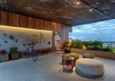 O Studio Arco – Arte Colaborativa propôs um espaço sustentável, com tecidos reciclados, latão, papelão, concreto, bicicletas e muito verde
