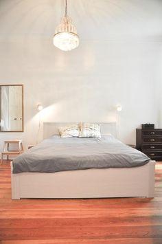 Geräumiges Schlafzimmer Mit Gemütlichem Bett Und Hellen Wänden. #bedroom  #bedroominspo #schlafzimmer #