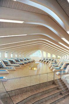 Biblioteca Vennesla, Noruega: fue diseñada por la firma de arquitectura Helen & Hard. Su estructura está conformada por 27 costillas. Los espacios azules que ven entre los estantes son sillones, en los que el público puede recostarse a leer. Además, se construyó con materiales y métodos amigables con el medio ambiente. Su iluminación natural es perfecta.