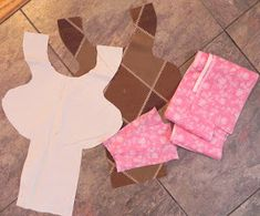 Diy Barbie Clothes, Sewing Clothes, Baby Quilt Patterns, Sewing Patterns Free, Toddler Dolls, Baby Dolls, Diy Doll Carrier, Diy Fairy Door, Joelle