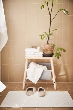 Even a stool can have storage space. The VILTO Storage stool has a natural look and makes it easy to store towels or magazines.