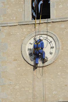 Réparation de l'horloge de l'église de Saillans dans la Drôme, France. La société Bodet est intervenue et a changé les aiguilles et le mécanisme de l'horloge de l'église, aidée par les services techniques de la ville. Serge Signoret était présent et nous offre quelques photos de l'intervention. Un grand merci. http://www.mairiedesaillans26.fr/reparation-de-lhorloge-de-leglise/