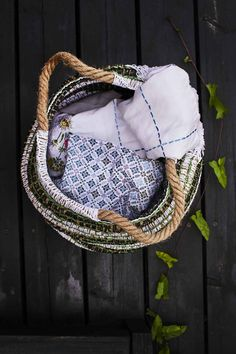 kuva Recycled Crafts, Crochet Ideas, Diy Home Decor, Recycling, Craft Ideas, Embroidery, Bags, Handbags, Needlepoint