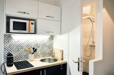 La cuisine parfaitement équipée du studio-duplex de 19m2 - Avant/après : un duplex de 19m2 rénové et équipé
