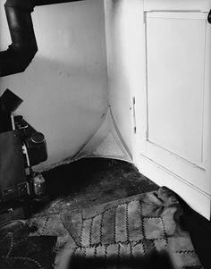 """Die Düsseldorfer Drakestraße 4 war für Joseph Beuys Firmensitz und Rückzugsort. Hier entstand auch die """"Fettecke"""". Seine Frau Eva fotografierte die Arbeit und das Leben."""