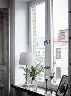 Bostadsrätt, Olivedalsgatan vån 5 – Linnéstaden, Göteborg – Entrance Fas… - Home Decor Window Ledge Decor, Window Benches, House Inside, Decoration Table, Unique Home Decor, Home Design, Accent Decor, Sweet Home, Room Decor