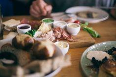 Zum Frühstück serviert man im Hallmann & Klee Brettchen, Süßes (= Pancakes und sehr zu empfehlen!) oder auch Avocado und pochierte Eier.