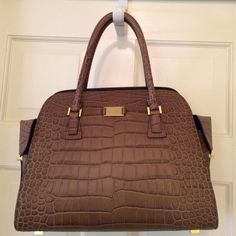 Michael Kors collection Gia satchel Like new condition michael Kors collection Gia satchel!! Handmade Italian leather, hardware hand dipped in 18k gold! Comes with original dust bag and long detachable strap Michael Kors Bags Satchels