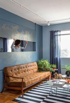 """Integração flexível. """"Queria unir a sala ao quarto sem perder a privacidade"""", conta a moradora. Para isso, rasgou a parede e instalou na abertura uma janela igual à inventada pelo arquiteto Vilanova Artigas (1915-1985), em que as duas folhas abrem simultaneamente. Ela e amigos artistas assinam a estampa da superfície."""